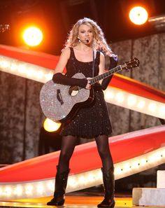 Taylor Swift rocking black hosiery and guitar! Taylor Swift Gallery, Taylor Swift Hot, Taylor Swift Pictures, Cma Awards, My Heart Is Breaking, Selena Gomez, Hosiery, Sexy, Photo Galleries