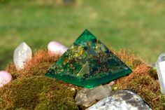 Pranakristall Anahata gibt es in den zwei Herzfarben grün und rosa.  Beide unterstützen das Herzchakra indem sie es uns erleichtern, uns für Gefühle zu öffnen und aus vollem Herzen zu empfinden. Der Raumenergetisierer Anahata strahlt mit seiner wunderbaren, grünen Schwingung Herzensliebe und Großzügigkeit aus. Er ist durch seine grüne Farbschwingung ein beruhigender aber auch reinigender Pranakristall, der nicht nur ausgleichend wirkt, sondern auch erfrischt und stärkt.