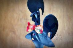 Engalanado com o seu smoking preto e papillon vermelho em tecido de viana, este galo está pronto para deslumbrar!  Dressed up with his stunning black tuxedo and a beautiful red Viana's papillon, this charming portuguese rooster is ready to dazzle!  www.facebook.com/galarte.pt galarte.pt@gmail.com
