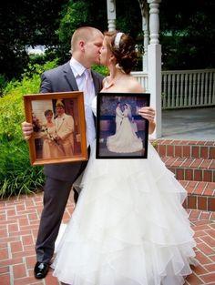 Noivos com as fotos dos pais