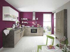 peinture murale aubergine et façade d'armoires blanche/bois dans la cuisine moderne