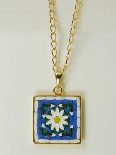 Collana con ciondolo quadrato in micromosaico - margherita bianca su sfondo blu by PiccoloMosaico on Etsy