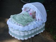 How to make a diaper bassinet cake. How to make a diaper bassinet cake video. How to make a diaper bassinet cake. Cute Baby Shower Ideas, Baby Shower Crafts, Baby Crafts, Shower Gifts, Baby Shower Decorations, Gift Crafts, Shower Centerpieces, Couches, Diaper Bassinet