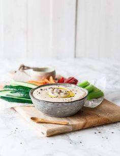 Bohnen-Meerrettich-Hummus mit geröstetem Knoblauch