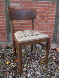 Der alte Stuhl ist wohnfertig, sauber und stabil. Als Bezug wurde ein sauberer Jute Kaffeesack verwendet. Die Politur wurde aufgefrischt.