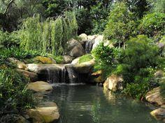 Kleiner Wasserfall für den Garten im Feng Shui Stil