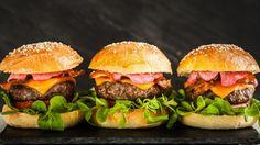 Nikdy byste hostům nenabídli polotovar, ale na domácí pečivo si zatím netroufáte? Vyzkoušejte se mnou ověřený recept na vláčné máslové bulky, které udělají z každého burgeru delikatesu!