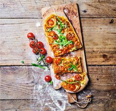 Pizza roquette - tomate cerise : une pizza toute en longueur à partager entre amis à l'heure des antipasti. Mais rien ne l'empêche de la savourer en solo. Quant à sa garniture de tomate cerise et roquette, elle est idéale pour les végétariens ! Un vrai délice Picard !