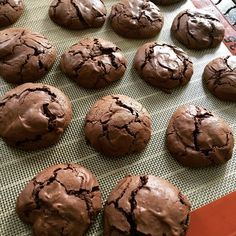 Voici une recette étonnante et délicieuse faite avec seulement 3 ingrédients,une recette idéale pour utiliser ses blancs d'oeufs. Ces cookies sont croquants à l' extérieur et fondants à l'intérieur,un vrai régal. 200 gr de chocolat noir 2 blancs oeufs...
