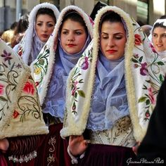 ragazze con il costume tradizionale di Osilo
