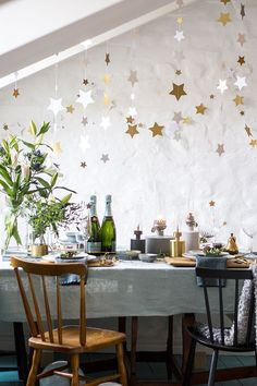 52 Incredible New Years Eve Table Decoration Ideas For Your Party - Looking for a fun idea to had some activity to a New Years Eve Party? It is fun, and gets everyone interacting and laughing while waiting to ring in t. Diy New Years Party Decorations, Party Table Decorations, Decoration Table, Christmas Decorations, Holiday Decor, Diy Girlande, Nye Party, Nouvel An, Deco Table