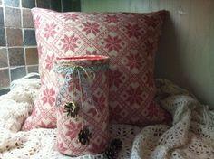 """reDesignet sett: Pute og trekk til boksen med opptenningsposer. """"STJERNEDRYSS PÅ ROSA HIMMEL"""" - dinbod.no Throw Pillows, Toss Pillows, Cushions, Decorative Pillows, Decor Pillows, Scatter Cushions"""