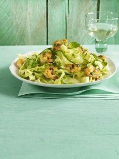 Hmm ... Zucchini-Pasta mit Limonenpesto und Garnelen - schmeckt garantiert allen am Tisch!