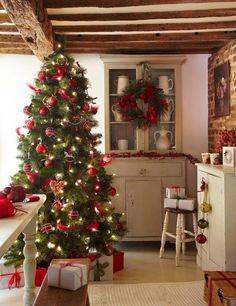 Una cocina navideña y mucho calor de hogar para una tradicional navidad.