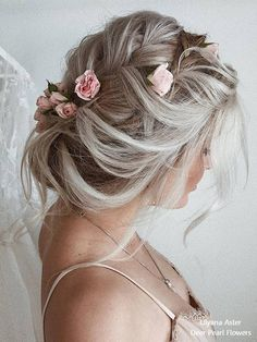 Finding just the right wedding hair for your wedding day is no small task but we're about to make things a little bit easier.From soft and romantic, to classic with modern twist these romantic wedding hairstyles with gorgeous details will inspire you Short Hair Updo, Prom Hairstyles For Long Hair, Best Wedding Hairstyles, Curly Hair Styles, Messy Updo, Bridal Hairstyle, Updo Hairstyle, Hairstyle Ideas, Romantic Bridal Updos