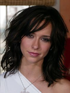 Jennifer Love Hewitt I want the hairstyle and color badly. Jennifer Love Hewitt Body, Trends, How To Make Hair, Glamour, Dark Hair, Beautiful Actresses, Hair Lengths, Medium Hair Styles, New Hair