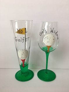 Diy Wine Glasses, Hand Painted Wine Glasses, Wine Craft, Wine Bottle Crafts, Wine Glass Set, Beer Mugs, Glass Art, Golf Tips, Golf Painting