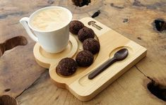Wooden coffee and tea service. Cookies and chocolate cutlery Coffee Tray, Coffee Cafe, Coffee Shop, Cafe Shop Design, Cafe Food, Tea Service, Coffee Design, Food Presentation, Restaurant Design