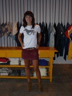 Camiseta branca, saia colorida e sneaker caramelo