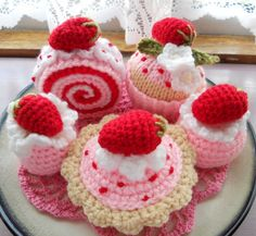 Knitted Strawberry Cream Cakes by sophiecat91, via Flickr #naturadmc #crochet