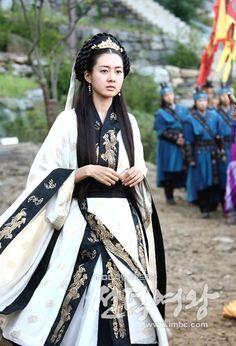 선덕여왕 속 한복 Korean Traditional Clothes, Traditional Dresses, Korean Dress, Korean Outfits, Lee Yo Won, Beautiful Costumes, Oriental Fashion, Korea Fashion, Hanfu