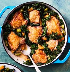 Crispy chicken thighs with kale, apricots and olives. While the chicken braises in the oven, the kale gets nice and crispy, making it the most irresistible part of this cozy one-pot dinner. Braised Chicken, Crispy Chicken, Chicken Skin, Marinated Chicken, Roasted Chicken, Healthy Chicken, Zucchini, Olive Recipes, Kale Recipes