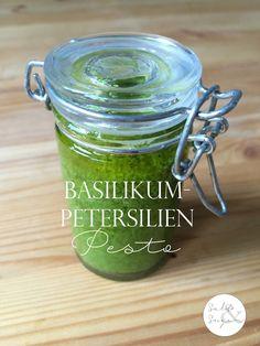 Grünes Pesto mit Basilikum und Petersilie macht die Pasta zu etwas Besonderem