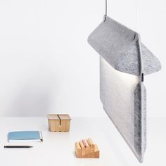 AK 2 lampe en feutre par Ivan Kasner et Uli Budde Acoustic Design, Acoustic Wall, Acoustic Panels, Design Light, Lighting Design, Task Lighting, Office Furniture Design, Cool Furniture, Furniture Board