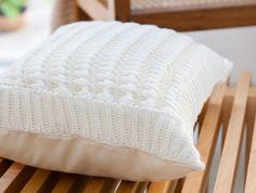 Chegou a hora de esquentar a casa através das almofadas! Confira 10 modelos com tecidos e estampas variados que vão mudar o seu inverno
