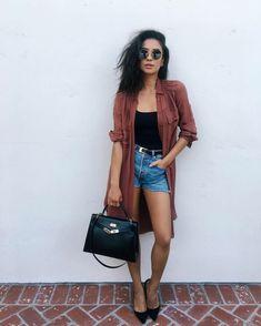 abbigliamento-hipster-ragazza-jeans-corto-top-nero-trench-leggero-bordeaux-borsa-nera-pelle-abbinata-scarpe-tacco