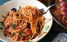 Spaghetti Puttanesca is een heerlijke pasta met vis. De ansjovis maakt het extra smaakvol. Kortom een echte aanrader!! Veel kookplezier!