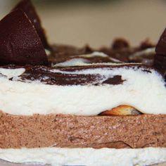 Pavê Russa: Creme de baunilha, creme de chocolate e biscoito. Cobertura de chocolate e pedaços de bombons de castanha de caju. http://www.dinorma.com.br/produto/russa/ #DiNorma #love #Pavê