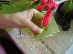 Погуляв по просторам интернета и испробовав массу вариантов изготовления нераскрывшегося бутона розы пришла к своему варианту его изготовления, по крайней мере такого не встречала. Для изготовления композиции мне понадобилось: 21 конфета 'Золотая лилия', гофрированная бумага красного и зеленого цвета, креповая бумага зеленого цвета, лента капроновая зеленого цвета шпажки, 21 шт, двусторонний…