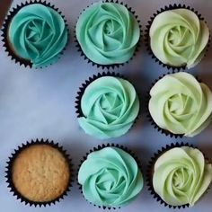 Roses Cupcakes Piping techniquesYou can find Cake decorating videos and more on our website. Cupcake Piping, Cupcake Frosting, Buttercream Frosting, Cupcake Recipes, Cookie Recipes, Dessert Recipes, Cupcake Videos, Gourmet Cupcakes, Cookie Ideas