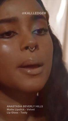 Lipstick On Brown Skin, Matte Lipstick, Purple Stuff, Girly Stuff, Beauty Hacks, Beauty Tips, Lip Pencil, Lip Art, Anastasia Beverly Hills