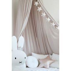 Vimpel stjärnor. Sex stycken vackert skimrande stjärnor är redo att snabbt förändra ditt barns rum på en massa olika sätt. Vimplar tillhör bland de mest effektiva man kan använda när det är dags att inreda barnrummet. I sin enkelhet gör den stort intryck vid fönstret, på en vägg, under en sänghimmel eller vid barnsängen. Oavsett placering kommer dessa stjärnor att förgylla vardagen. Finns i färgerna: Puderrosa, silver och guld. Mått: girlangens längd 145 cm, stjärnorna är 11 cm...