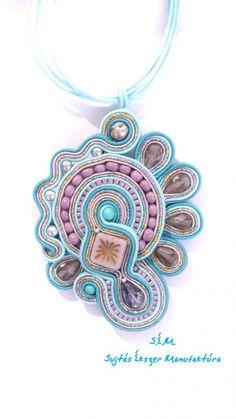 Mályva-kék aszimmetrikus sujtás nyaklánc Soutache Necklace, Pendant Necklace, Handmade Necklaces, Handmade Jewelry, Silk Organza, Embroidery Techniques, Necklace Lengths, Mauve, Seed Beads