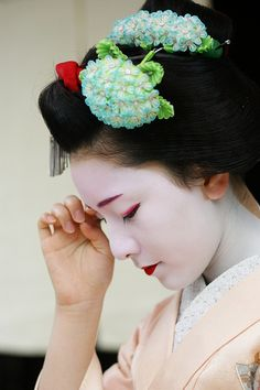 Maiko Makino wearing a lovely ajisai kanzashi Yukata, Geisha Japan, Kyoto Japan, Okinawa Japan, Georg Christoph Lichtenberg, Memoirs Of A Geisha, Art Asiatique, Turning Japanese, Geishas