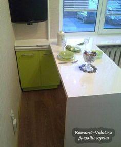 Дизайн кухни 6 кв.м с передвижным столом, телевизором и холодильником