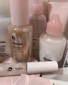 Glossier discovered by 𝓖𝓲𝓪𝓷𝓷𝓪 on We Heart It Glossy Makeup, Pink Makeup, Glossy Lips, Gold Makeup, Black Makeup, Glossier Pop Up, Glossier Girl, Beauty Care, Makeup Products