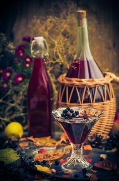 nalewka-z-aronii-przepis Wine Decanter, Vogue, Drinks, Bottle, Cooking, Drinking, Kitchen, Beverages, Wine Carafe