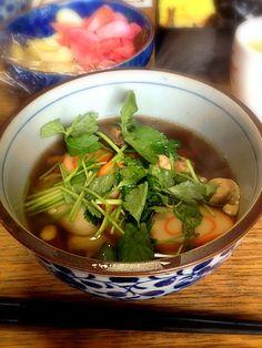 鶏肉,椎茸,煮イカ,赤巻,三つ葉入りの醤油ベースです。 - 0件のもぐもぐ - 我が家のお雑煮 by coziro