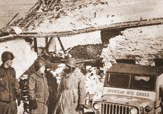 """Cette photo extraite de « TALON avec 17th en Ardennes » montre des hommes du 17e AB avec le personnel de la Croix Rouge américaine """"quelque part dans les Ardennes"""""""