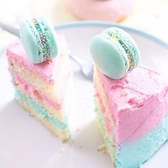Vanilla Ombre Cake with Macarons Cute Food, Yummy Food, Rainbow Food, Rainbow Cakes, Ombre Cake, Japanese Candy, Let Them Eat Cake, Cupcake Cakes, Macaron Cake