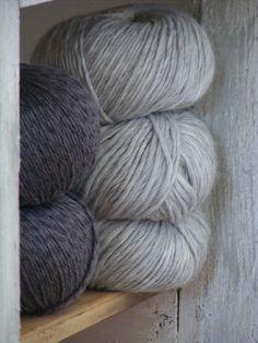 Encore de jolies laines trouvées ici pour trois francs six sous... Alpaga, merinos, cachemire... et fait en Italie s'il vous plaît!...