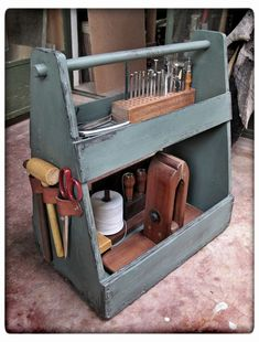 That's what someone pinned LOL. Wood tote with leather… Woodworking Shop Layout, Woodworking Furniture Plans, Unique Woodworking, Woodworking Projects That Sell, Woodworking Workbench, Woodworking Workshop, Popular Woodworking, Woodworking Crafts, Green Woodworking