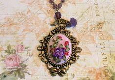 Gargantilla en oro viejo con colgante de rosa lila