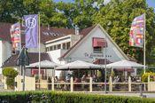 Hotel Restaurant de Loenermark Loenen  Description: Loenen ligt in Gelderland tussen Apeldoorn Arnhem en Zutphen. Hotel Restaurant de Loenermark grenst aan het bos en de heide. In de omgeving zijn leuke uitstapjes te maken naar paleis Het Loo Burgers' Zoo nationaal park de Hoge Veluwe Museonder het Openluchtmuseum en de Apenheul. Via de receptie zijn fietsroutes en huurfietsen te reserveren. Een fietsenstalling is aanwezig evenals oplaadpunten voor elektrische fietsen.  Price: 49.00  Meer…