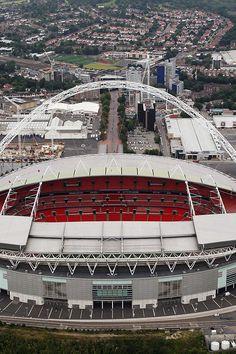 """Estadio de Wembley ubicado en la ciudad de #Londres, #Inglaterra. También se le considera como la """"Catedral del Fútbol"""", fue sede de los Juegos Olímpicos de Londres 2012 y será casa para la Euro del 2020. Capacidad: 90.000"""