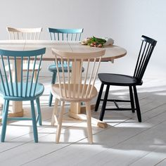 Lilla Åland stol - svart - Stolar – Möbler från Svenssons i Lammhult Colorful Chairs, Cool Chairs, Kitchen Chairs, Dining Chairs, Lava, Small Room Decor, Retro Home Decor, Maine House, Sofa Chair